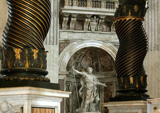Longinova socha vzhlíží k místu obětování.