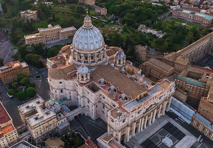 Pohled na baziliku sv. Petra z ptačí perspektivy